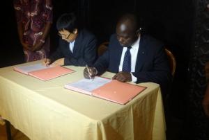 le représentant de Huawei international Zhang Cheng Miao et le coordonnateur du central african Backbone composante Congo, Luc Missimdi Bazi