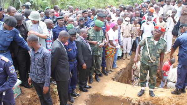 Image d'archive|Des personnes attendent à Beni, en RDC, l'enterrement de victimes d'une précédente attaque des rebelles ougandais de l'Alliance des forces démocratiques alliées (ADF), le 20 octobre 2014| AFP