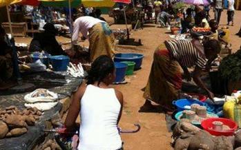 Des aliments vendus à même le sol à Brazzaville