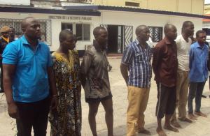 Les sept individus de nationalité nigériane, présentés à la presse le 29 décembre, à la direction générale de la police|Adiac