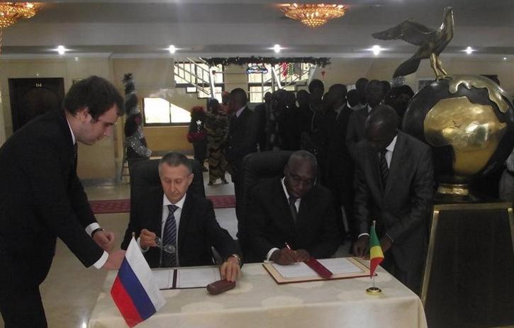 Le Sg du ministère des Affaires étrangères et de la Coopération, Cyprien Sylvestre Mamina et la Fédération de Russie représentée par son ambassadeur au Congo, Valery Mikhaylov