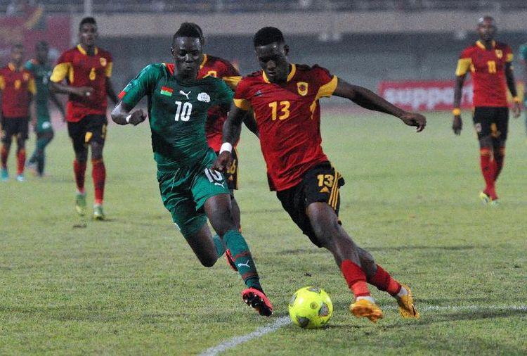 Le milieu du Burkina Faso Bertrand Traoré (g) lors d'un match contre l'Angola, le 19 novembre 2014 à Ouagadougou (Photo Sia Kambou. AFP)
