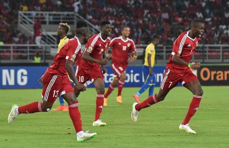 Les joueurs congolais célèbrent le but de leur capitaine Prince Oniangué (N.7) contre le Gabon à la CAN, le 21 janvier 2015 à Bata (Photo AFP)