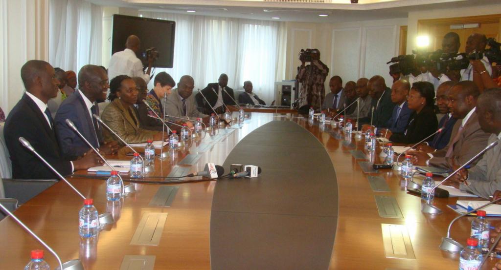 Les responsables de la Banque Mondiale (à gauche) et ceux du ministère de l'aménagement du territoire (à droite) lors des échanges |photo adiac