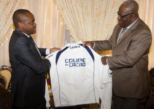 Léonidas Mottom remettant le maillot de la compétition le ministre des Sports