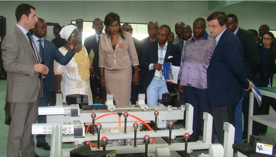 Les opérateurs économiques italiens visitant l'usine de fabrication de panneaux solaires (photo adiac)