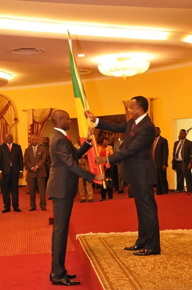 le président de la République remettant le drapeau au capitaine des Diables rouges