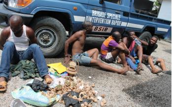 Pointe-Noire : cinq braqueurs présentés à la presse par la police