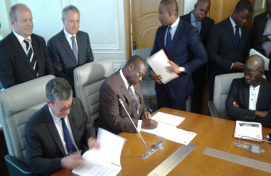 Jean Jacques Bouya et le directeur de Eiffage lors de la signature du contrat| DR