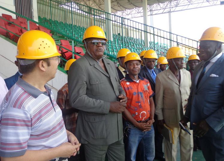 Léon Alfred Opimbat visite le chantier du stade Alphonse-Massamba-Débat