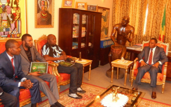 Roga-Roga et Tresor Mvoula présentent leurs prix à Jean-Claude Gakosso
