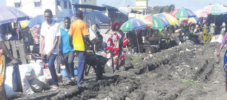 Brazzaville : Des « laveurs de pieds » au marché du lycée Thomas Sankara