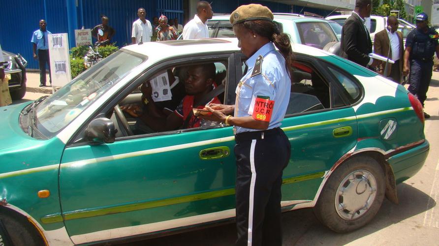 Brazzaville Une policière en plein contrôle