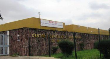 Des élèves s'emparent du cercueil de leur surveillant à Brazzaville