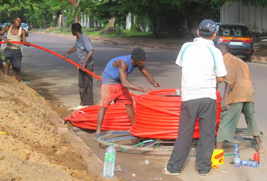 Installation du câble à fibre optique le long d'une avenue de la commune de la Gombe le 20/11/2013 à Kinshasa.
