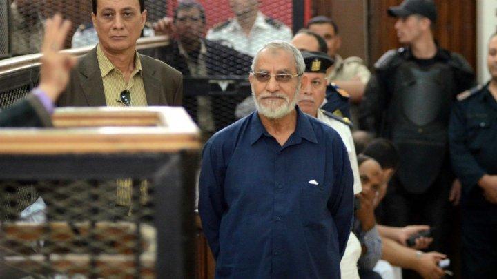 © Ahmed Gamel, AFP (archives) | Le guide suprême des Frères musulmans, Mohamed Badie, comparaît au tribunal du Caire, le 18 mai 2014