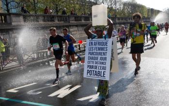 Marathon de Paris : Bidon sur la tête, une Gambienne promeut l'accès à l'eau