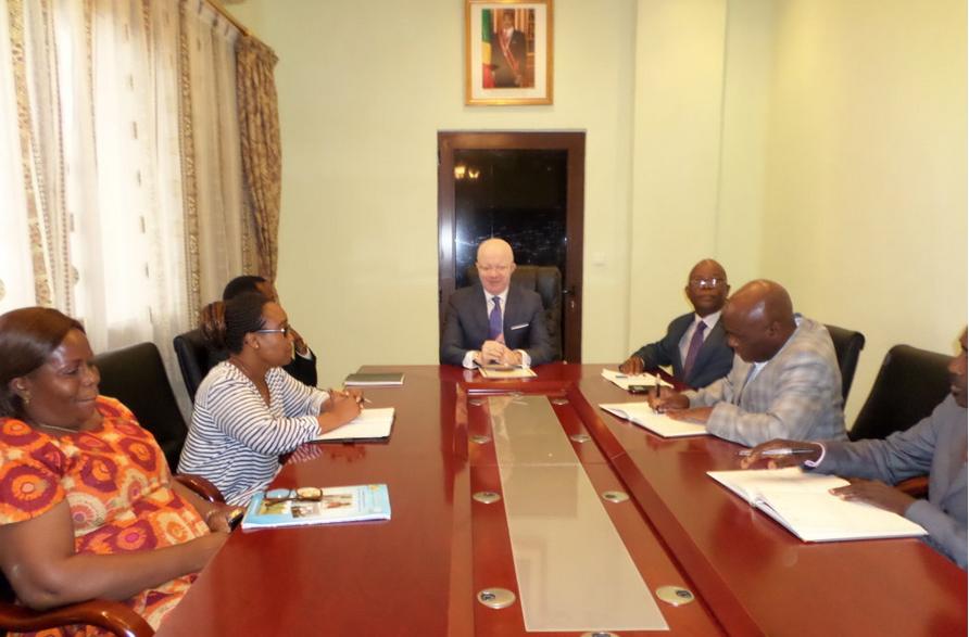 Le ministre Thierry Moungalla lors de l'audience avec le représentant de la Banque Mondiale au Congo