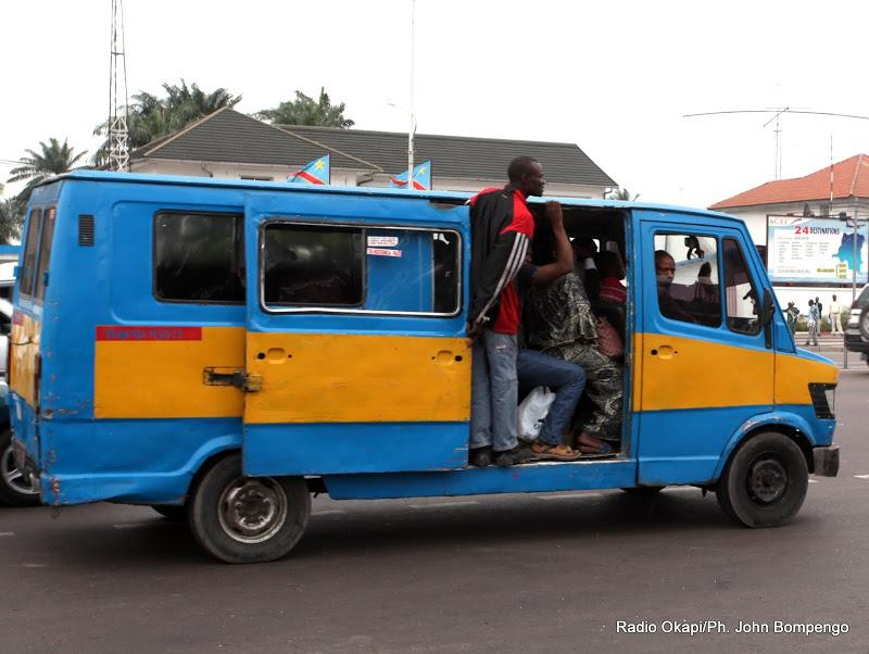 Bus Mercedes 207 sur le boulevard du 30 juin le 3/7/2013 à Kinshasa.