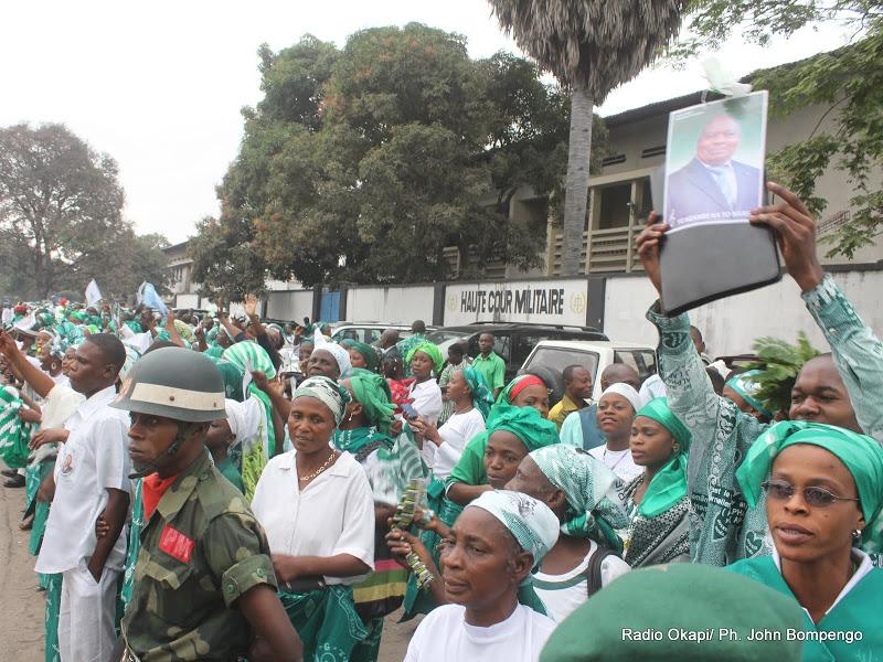 Quelques Kimbanguistes ce 22/07/2011 à Kinshasa, lors de l'arrêt du procès de révision de Simon Kimbangu par la haute cour militaire.