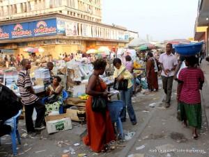 L'ambiance des détaillants du marché central de Kinshasa, installés le long de l'avenue Luambo Makiadi (ex- avenue Bokassa) en réhabilitation. Radio Okapi/ Ph. John Bompengo