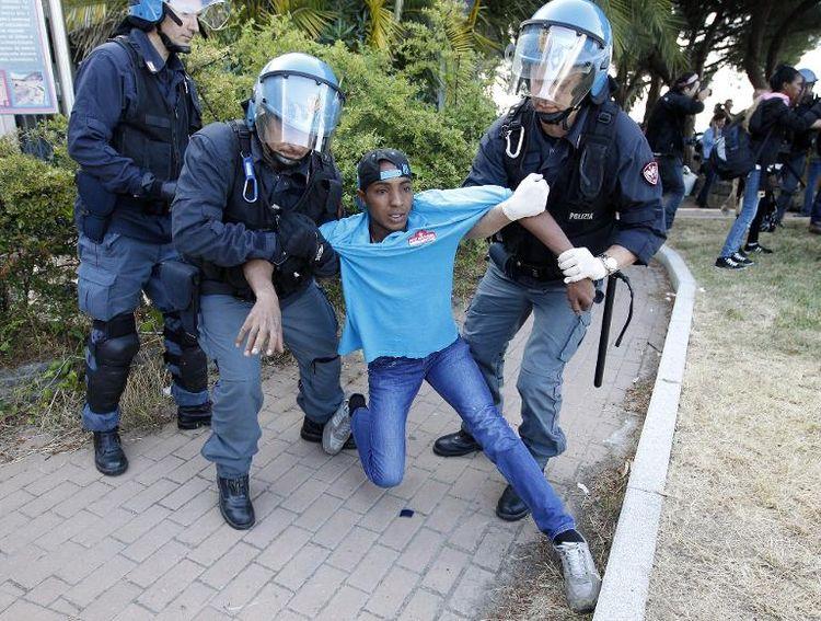 La police italienne évacue un migrant à Vintimille, à la frontière franco-italienne, le 16 juin 2015 |AFP
