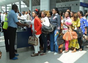 L'enregistrement des passagers sur ECAir peu avant l'ambarquement à l'aéroport de Maya-Maya, le 31 mars 2015| Ph © Adiac-congo