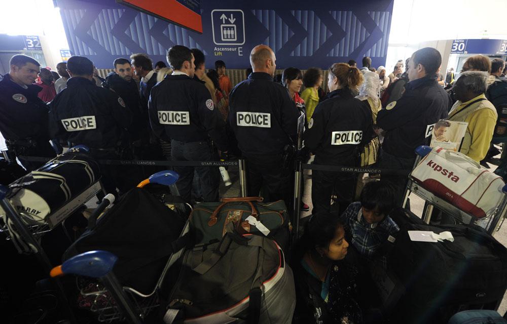 Les policiers français à l'aéroport Roissy Charles de Gaulle (Reuters)