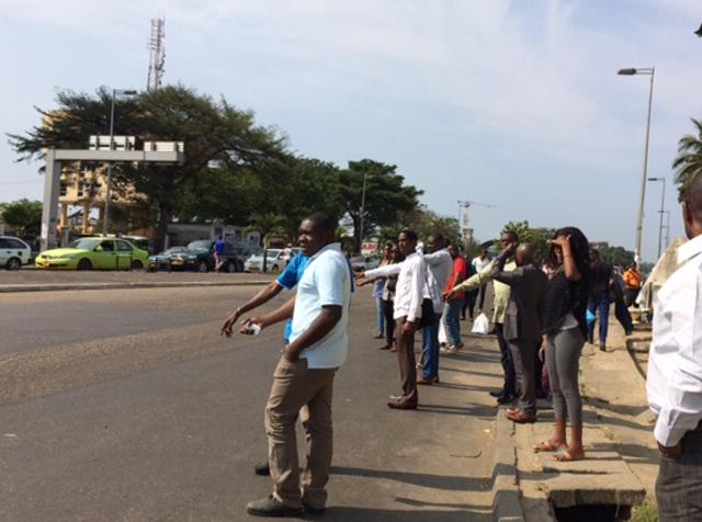 Scène d'usagers en attente d'un taxi à Libreville (image d'archive). © Gabonreview