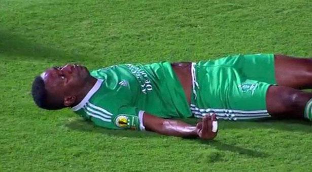 Rudy Guélord Bhebey-Ndey au sol après sa blessure face au Zamalek - Copyright : YouTube