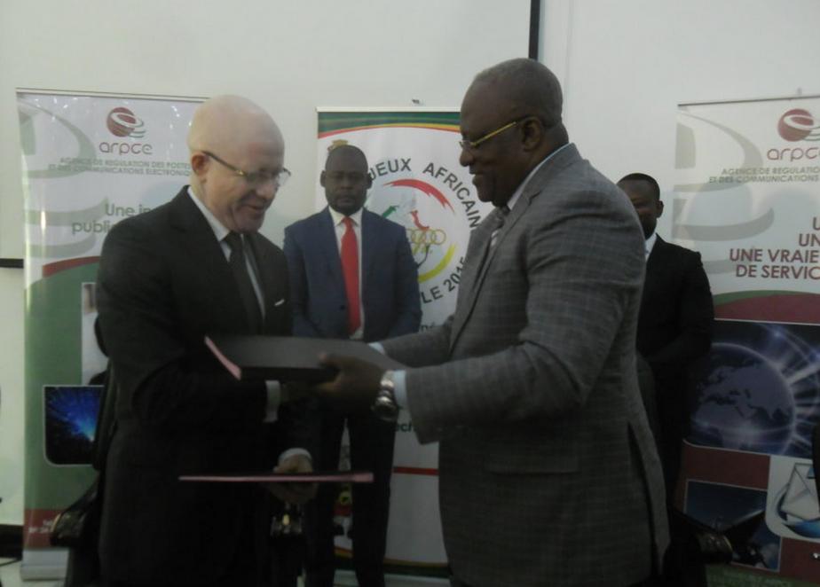 Les ministres Thierry Lézin Moungalla et Léon Alfred Opimbat échangeant les parapheurs crédit photo Adiac