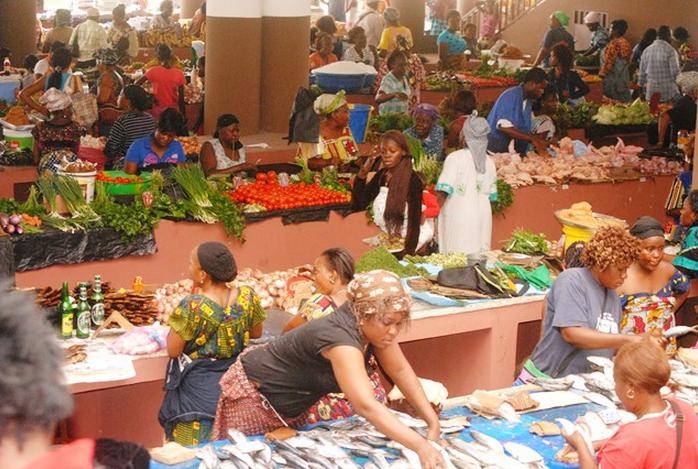 Les étals en béton de ce marché inauguré en février par le Président de la République ont été occupés depuis mardi par des commerçants préalablement recensés.