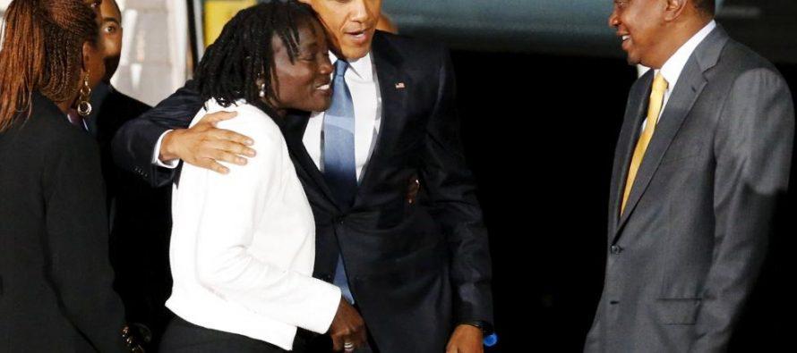 VIDÉO : Barack Obama retrouve sa sœur à sa descente d'Air Force One, à Nairobi