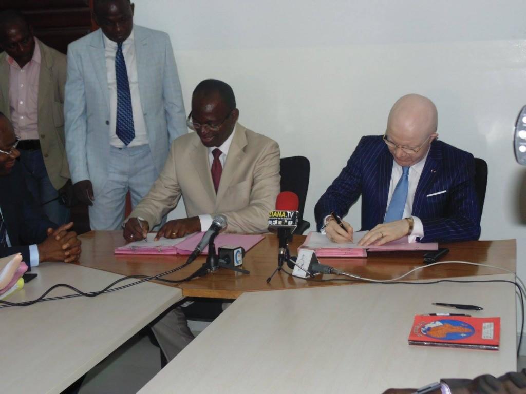 Les ministres Bienvenu Okyémi et Thierry Moungalla , à l'occasion de la cérémonie de passation de service, le mercredi 19 août à Brazzaville
