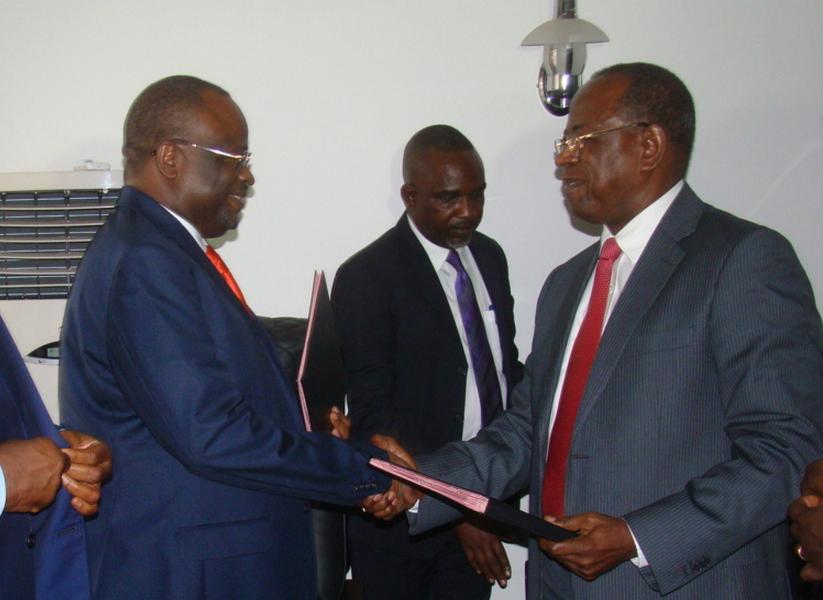 Echange des parapheurs entre les ministres de la fonction publique entrant Gilbert Mokok et sortant Guy Brice Parfait Kolélas