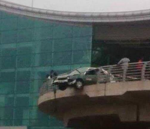 Un taximan pris d'un malaise se retrouve dans les garde-fous de l'aéroport Maya-Maya
