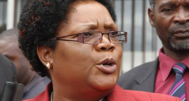 Zimbabwe: l'ancienne vice-présidente défie Mugabe