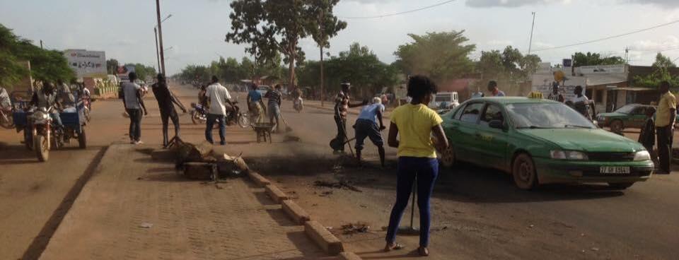 Après avoir réinstallé Kafando dans ses fonctions la population nettoie ses rues |226infos
