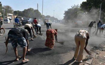 Burkina : Après avoir réinstallé Kafando dans ses fonctions la population nettoie ses rues