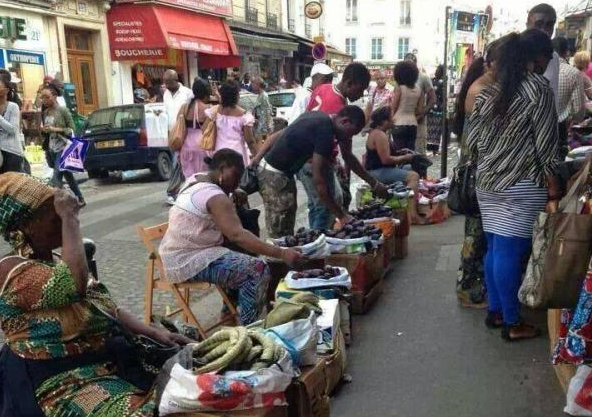 Image d'archive|A Château rouge, dans le 18ème arrondissement de Paris, un commerce illégal quasi inexistant dans d'autres arrondissements bat son plein
