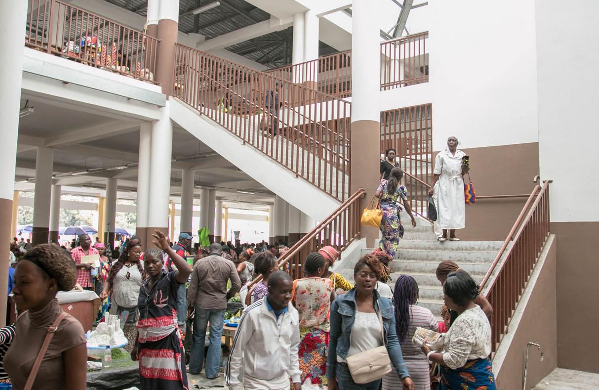 Marché Total de Bacongo, des vendeurs ont abandonné les tables situées au 1er niveau pour s'installer sur les couloirs du marché et aux alentours.|Ph Urbanisec1