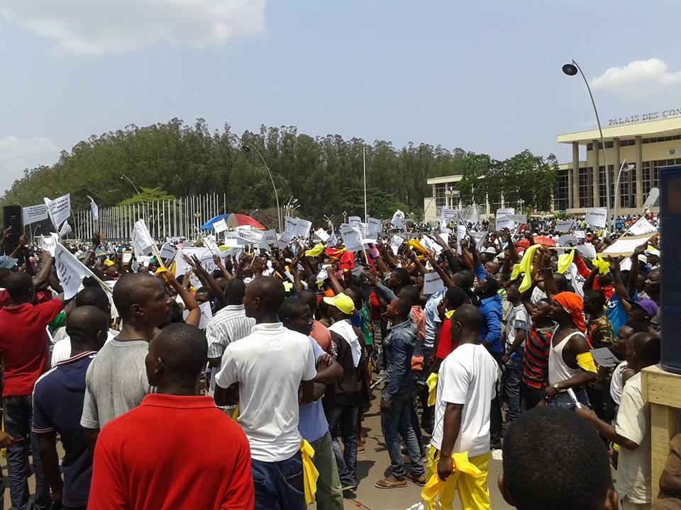 Image d'archive|Des milliers de Congolais se sont rassemblés dimanche à Brazzaville pour dire non au coup d'État constitutionnel, en référence au référendum annoncé par le président Denis Sassou Nguesso et qui lui permettrait de briguer un nouveau mandat en 2016