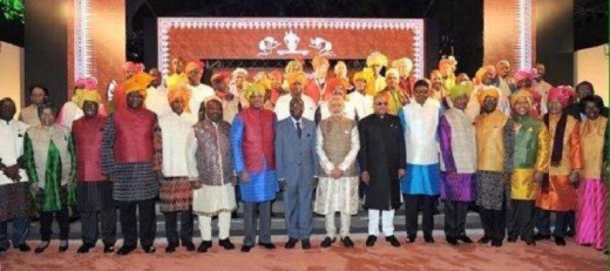Sommet Inde-Afrique : Les dirigeants africains tous vêtus de tenues indiennes sauf Robert Mugabe