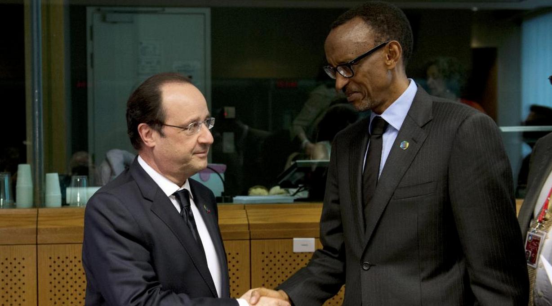 Le président français et le président rwandais se saluent lors d'un sommet à Bruxelles en avril 2014.