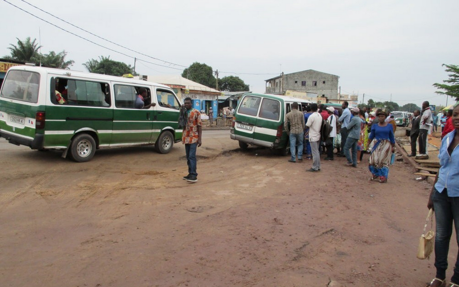 Arrêt de bus du marché-massengo (Quartier nord de Brazzaville)
