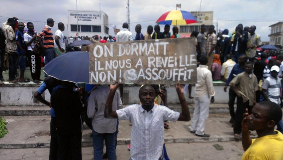 Des manifestants lors du meeting anti-référendum du Frocad-IDC à Pointe noire, le 17 octobre2015