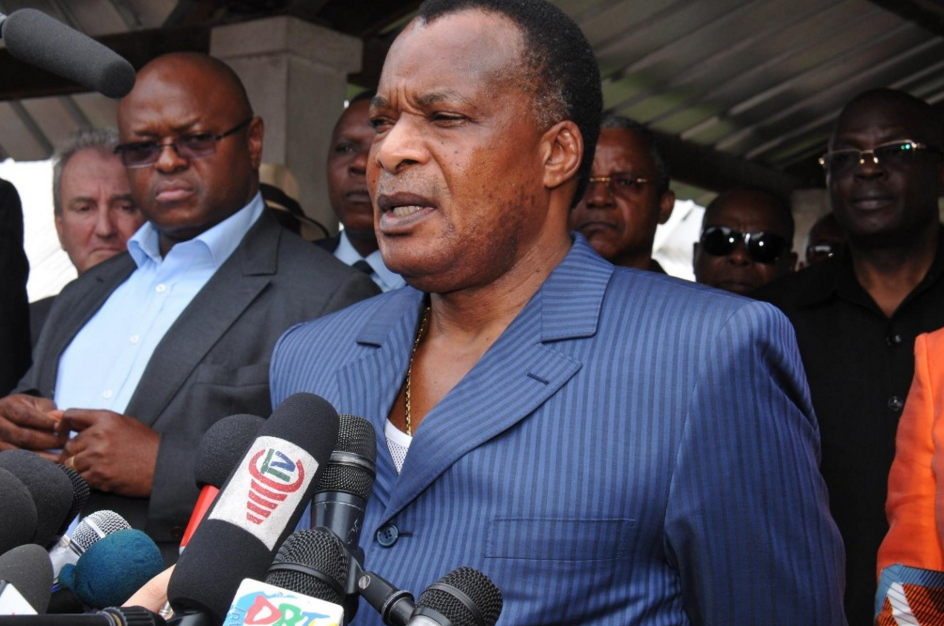 Le président congolais Denis Sassou Nguesso fait une déclaration aux médias après avoir voté, le 25 octobre 2015 à Brazzaville