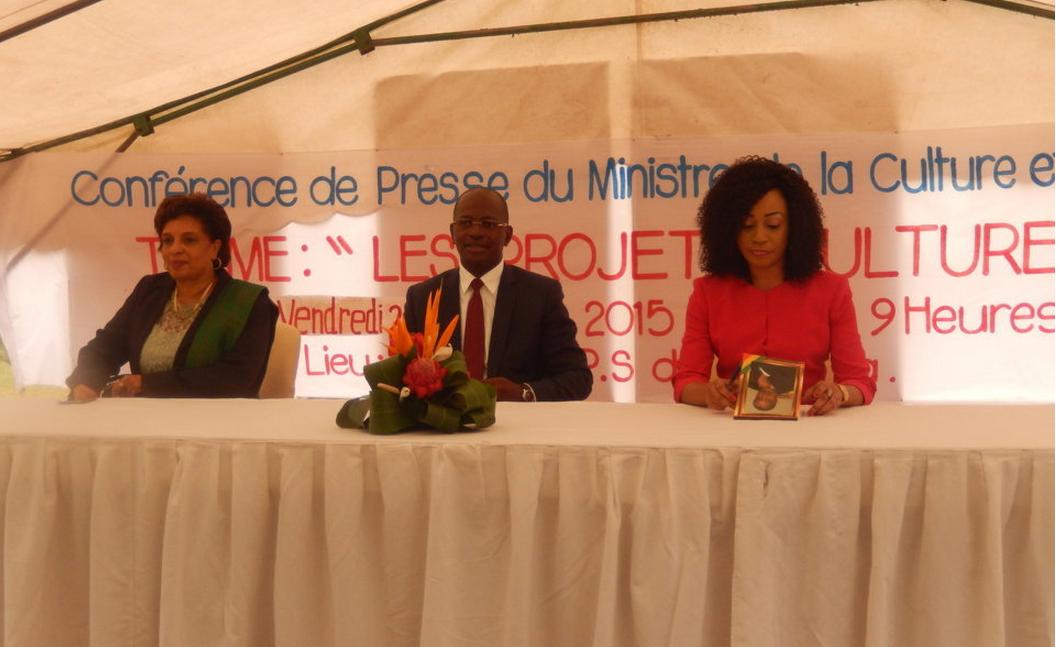 Le ministre de la Culture et des arts a animé une conférence de presse le 2 octobre 2015 au Mémorial Pierre Savorgnan de Brazza. bienvenu Okiémy était entouré de la représentante de l'Unesco au Congo et de la directrice du mémorial, Bélinda Ayessa.