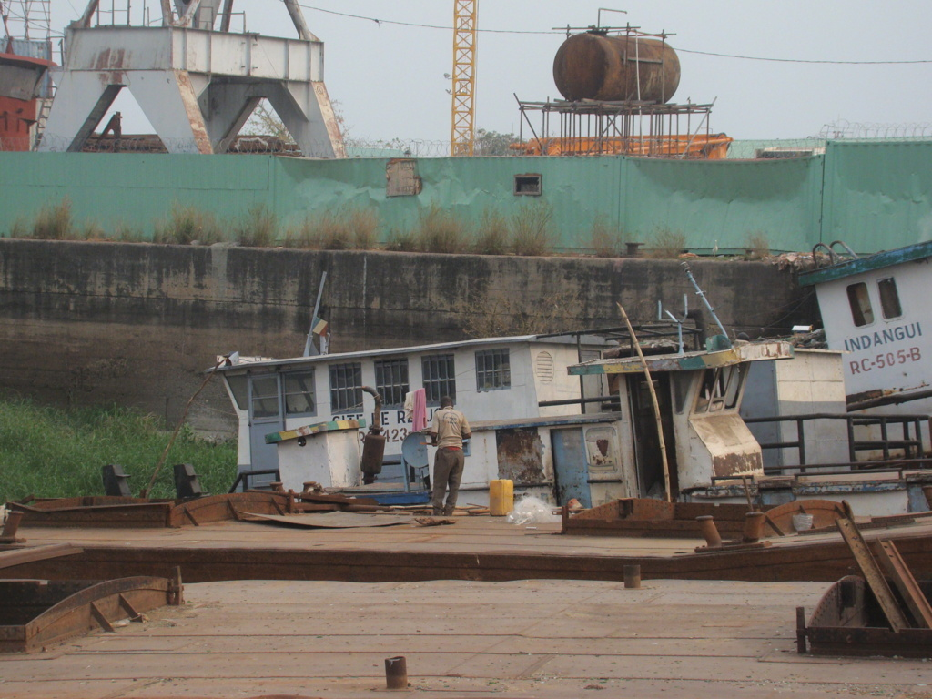 Des épaves de bateaux transformés en repaire de délinquants ; crédit photo Adiac