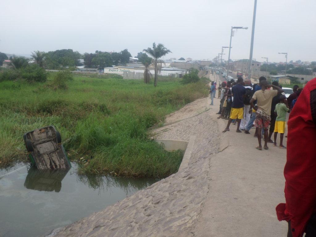 Un taxi finit sa course dans la rivière Tsiémé ; crédit photo Adiac